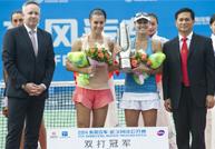 辛吉斯/佩内塔喜获武网元年女双冠军奖杯